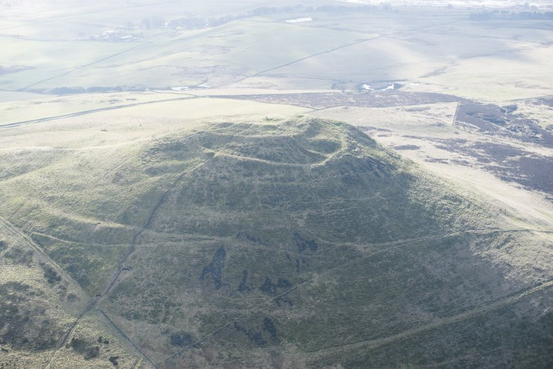 Oblique aerial view of East Lomond Hill fort, looking SSW.