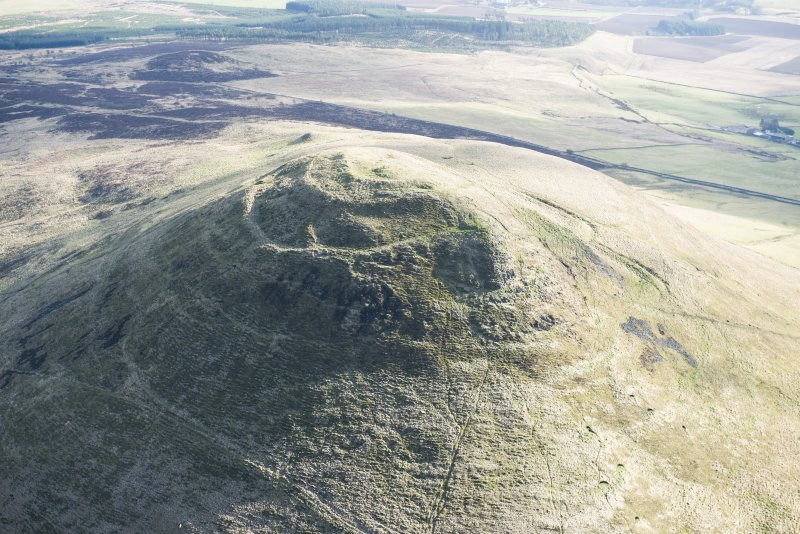 Oblique aerial view of East Lomond Hill fort, looking S.