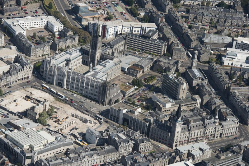Oblique aerial view of Aberdeen Marischal College, Old St Andrew's Episcopal Church, Greyfriars Church and Minicipal Buildings, Tolbooth, looking NNE.