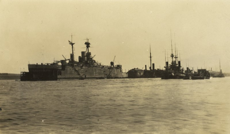 Uncaptioned photograph of ships. One of which could be a British Queen Elizabeth-class battleship. Possibly HMS Queen Elizabeth, HMS Warspite, HMS Valiant, HMS Barham or HMS Malaya.