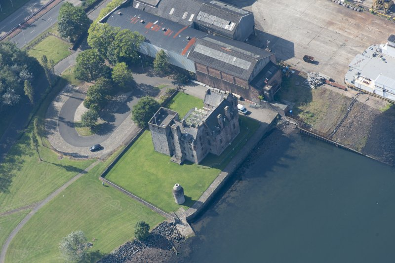 Oblique aerial view of Newark Castle, looking SW.