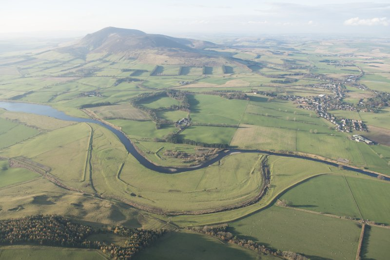 General oblique aerial view of the River Clyde with Tinto beyond and the flood bank in the foreground, looking WNW.