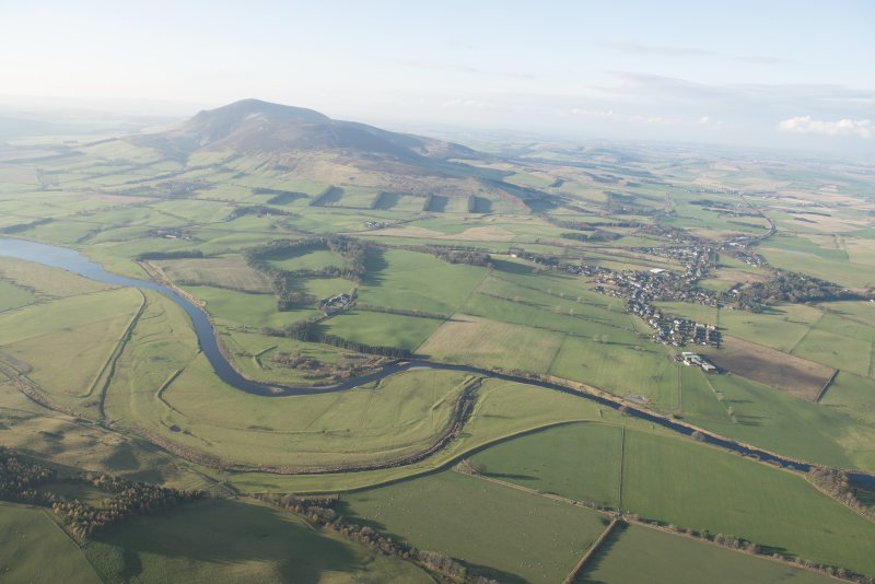 General oblique aerial view of the River Clyde with Tinto beyond and the flood bank in the foreground, looking W.