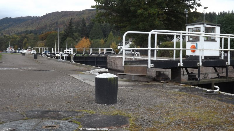 Dochgarroch Lock with control hut & bollards from S bank