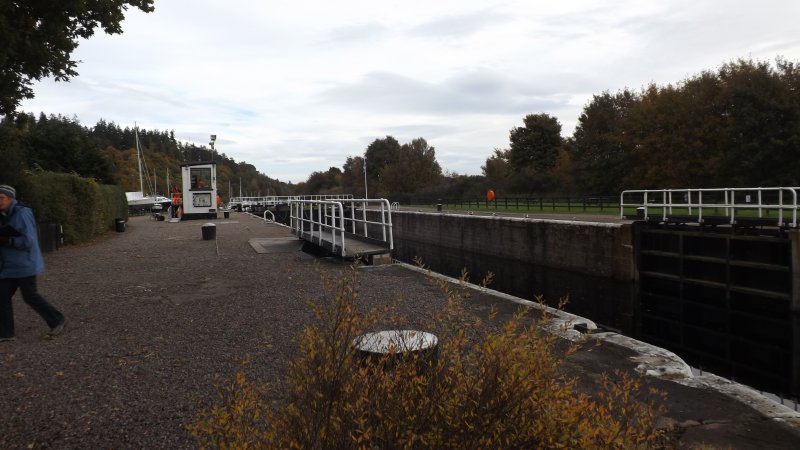 Dochgarroch Lock with control hut 7 bollards from N bank