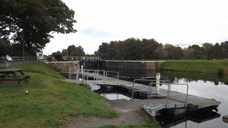 Dochgarroch Lock N gate with control hut & pontoons looking SW