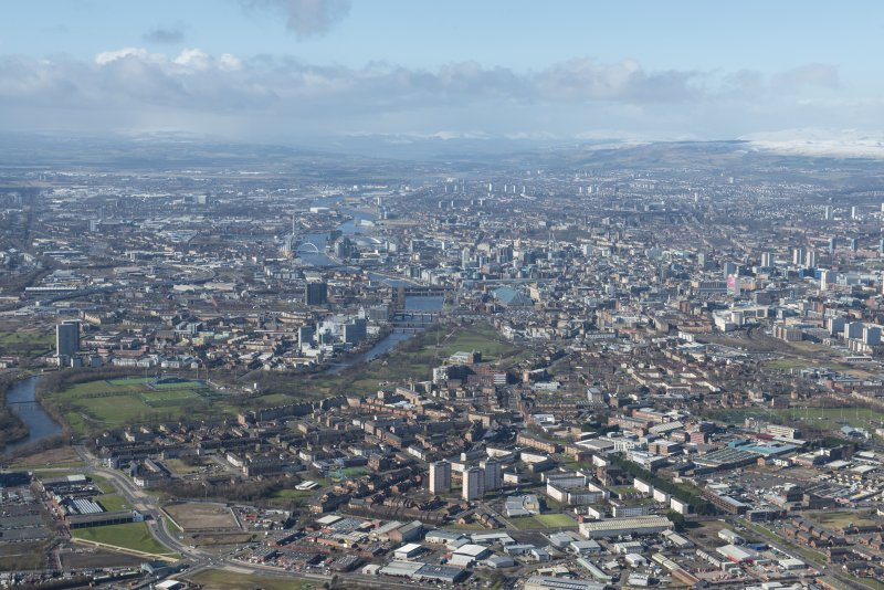 General oblique aerial view of Glasgow centred on the River Clyde, Bridgton and Glasgow Green, looking WNW.