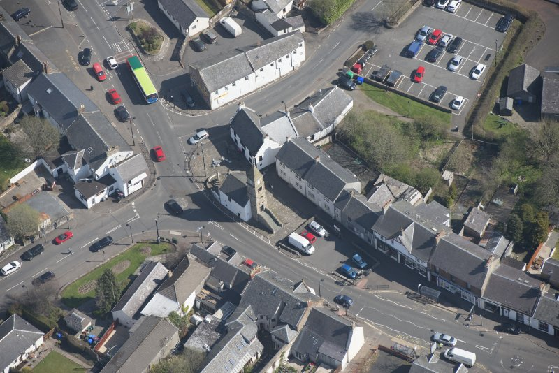 Oblique aerial view of Kilmaurs Market Cross and Tolbooth, looking NE.