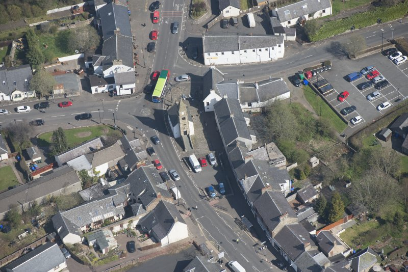 Oblique aerial view of Kilmaurs Market Cross and Tolbooth, looking NNE.