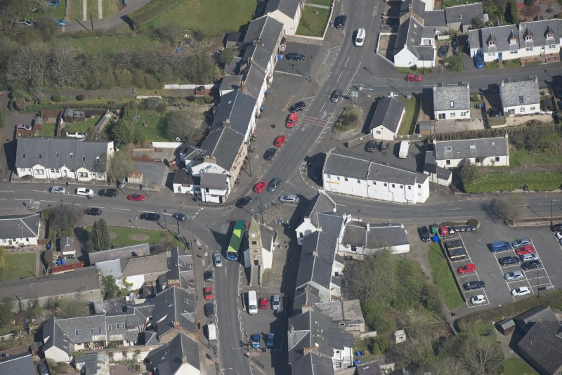 Oblique aerial view of Kilmaurs Market Cross and Tolbooth, looking N.