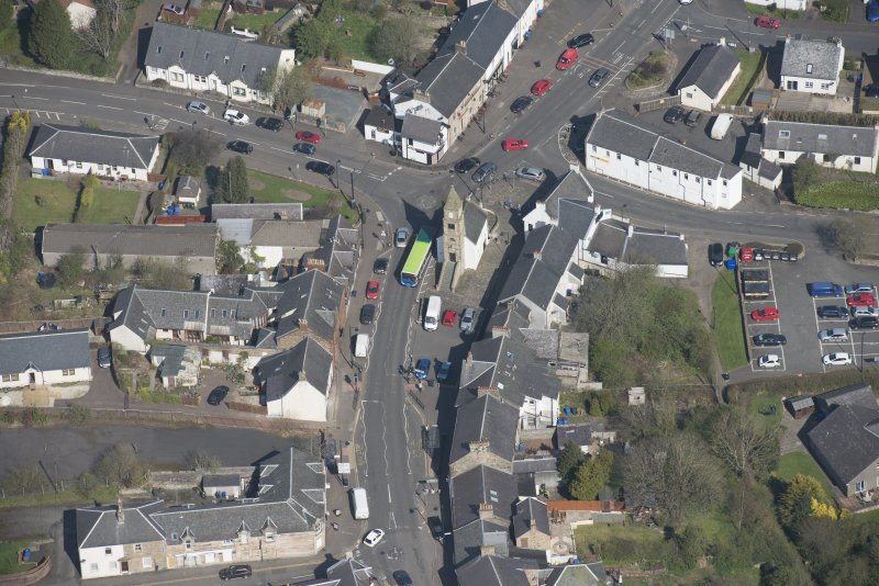 Oblique aerial view of Kilmaurs Market Cross and Tolbooth, looking NNW.