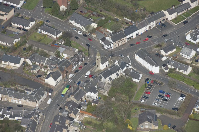 Oblique aerial view of Kilmaurs Market Cross and Tolbooth, looking NW.