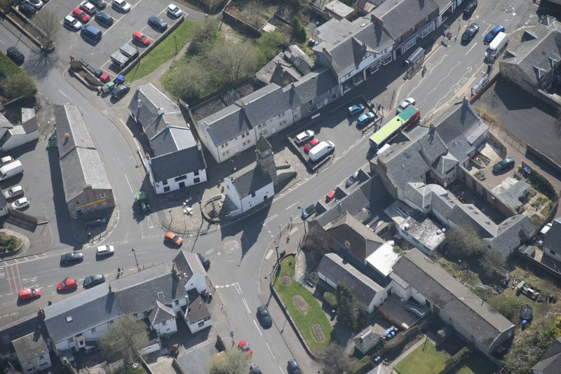Oblique aerial view of Kilmaurs Market Cross and Tolbooth, looking SE.