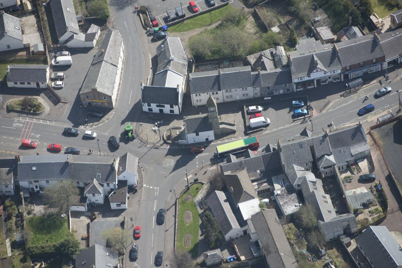 Oblique aerial view of Kilmaurs Market Cross and Tolbooth, looking E.