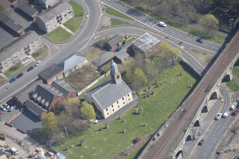 Oblique aerial view of Kilmarnock Old High Kirk and Kirkyard, looking E.