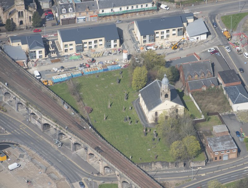 Oblique aerial view of Kilmarnock Old High Kirk and Kirkyard, looking NW.