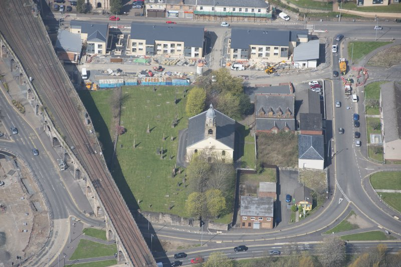 Oblique aerial view of Kilmarnock Old High Kirk and Kirkyard, looking WNW.