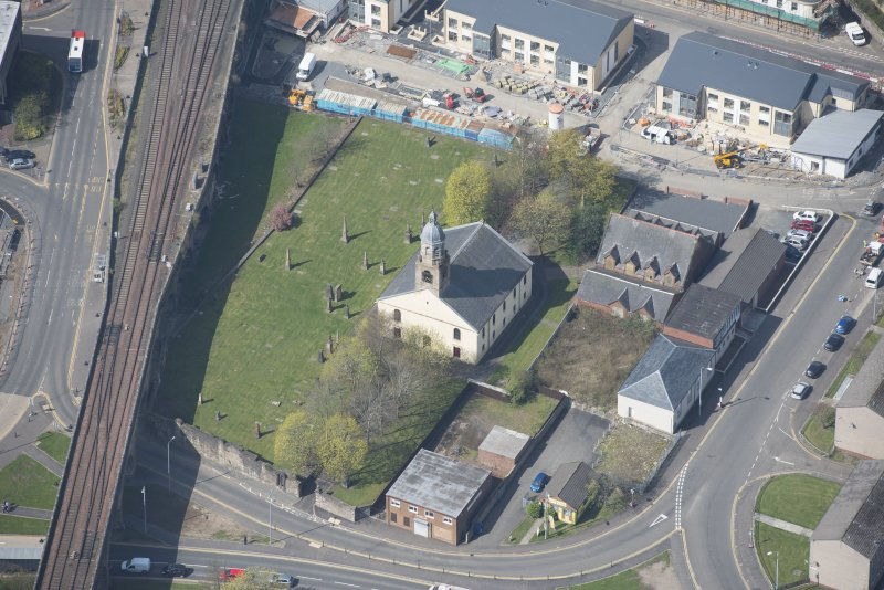 Oblique aerial view of Kilmarnock Old High Kirk and Kirkyard, looking W.
