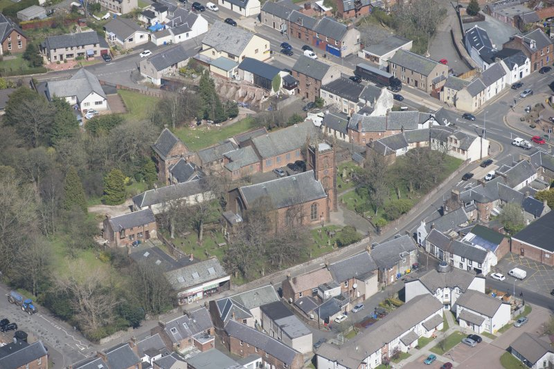 Oblique aerial view of Mauchline Old Church and Mauchline Castle, looking N.