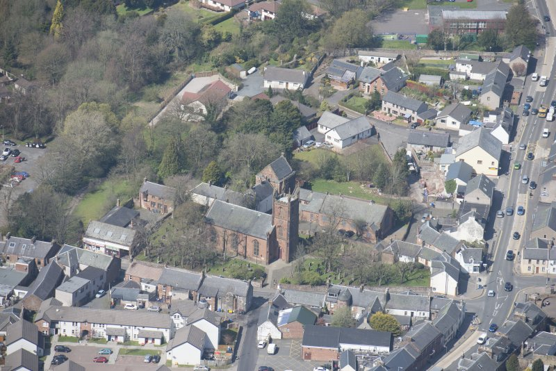 Oblique aerial view of Mauchline Old Church and Mauchline Castle, looking NW.