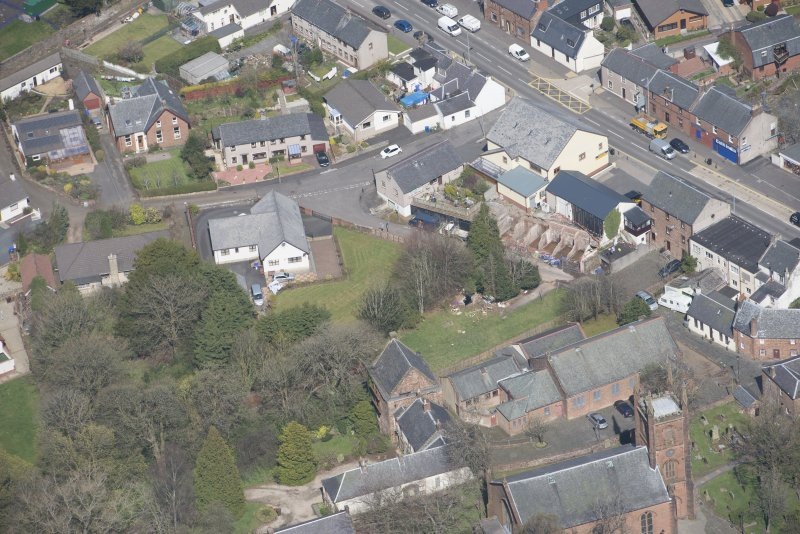 Oblique aerial view of Mauchline Old Church and Mauchline Castle, looking NNW.