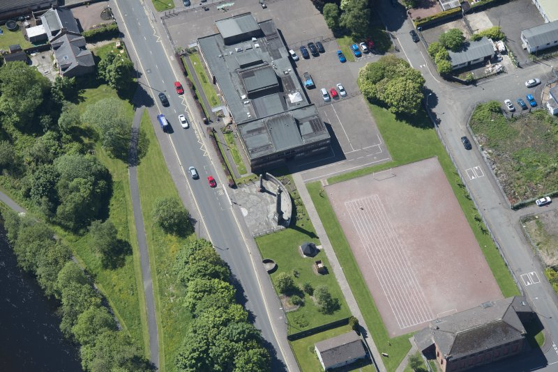 Oblique aerial view of the Smollet Monument and Renton War Memorial, looking SSW.