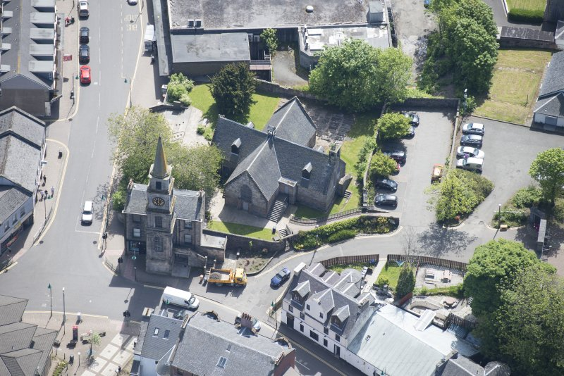 Oblique aerial view of Kirkintilloch Old Church and Town Steeple Church, looking SE.