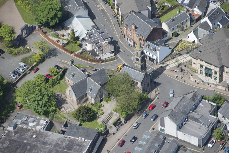 Oblique aerial view of Kirkintilloch Old Church and Town Steeple, looking NW.