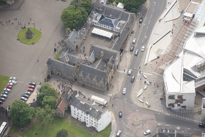 Oblique aerial view of Thomson's Court, Abbey Sanctuary Holyrood Palace Yard Fountain, Holyrood Free Church and school, looking ESE.