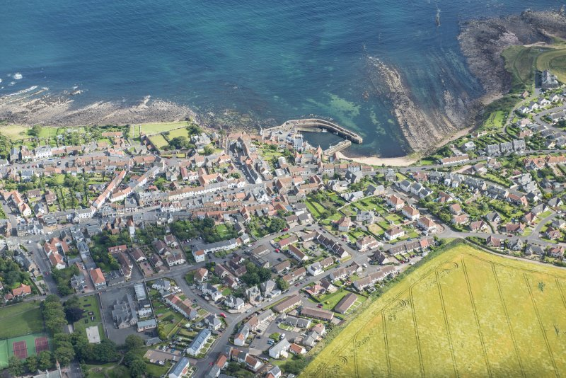 Oblique aerial view of Crail, looking SSE.