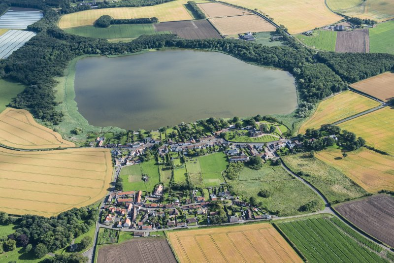 General oblique aerial view of Barnyards and Kilconquhar with Kilconquhar Loch byond, looking S.