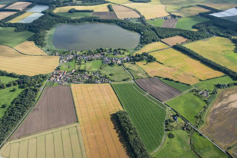 General oblique aerial view of Barnyards and Kilconquhar with Kilconquhar Loch byond, looking SSE.