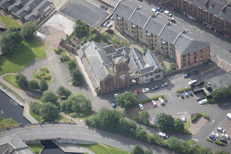 Oblique aerial view of Ruchill Parish Church and Ruchill Parish Church Hall and Janitor's House, looking S.