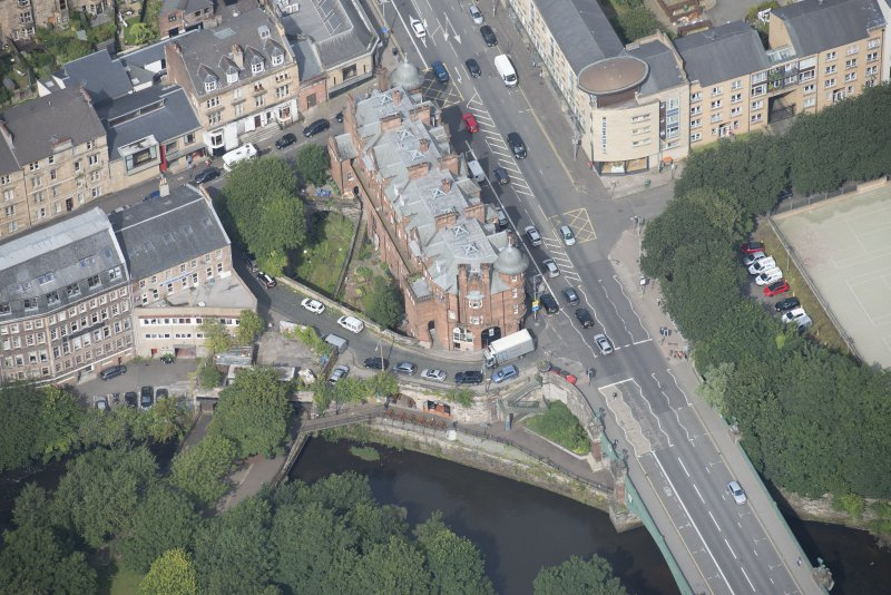 Oblique aerial view of 445 - 459 Great Western Road, looking NNW.