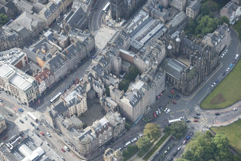 Oblique aerial view of Mound Place, Lawnmarket, Bank Street, North Bank Street, New College and Assembly Hall, looking SW.