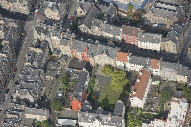 Oblique aerial view of Chessel's Court and Canongate, looking SSE.