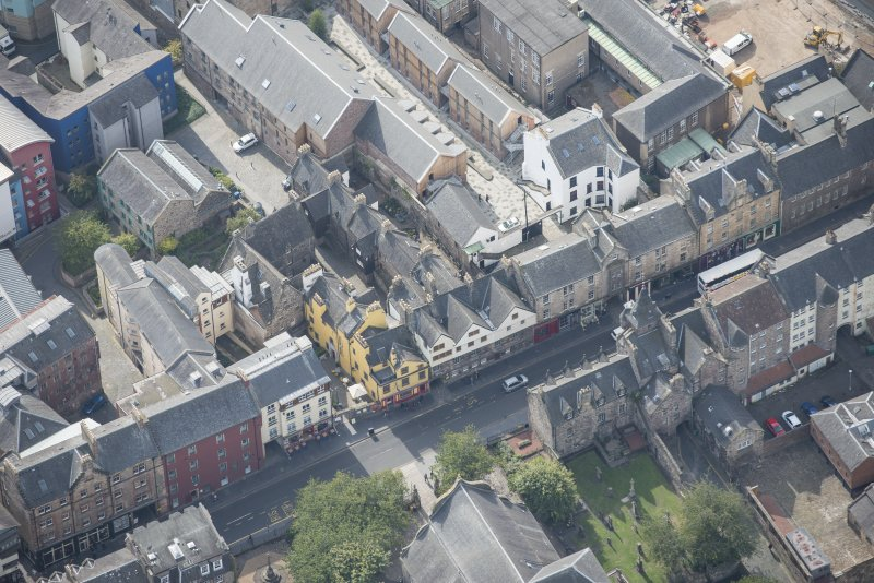 Oblique aerial view of the Canongate, Canongate Tolbooth and Huntly House, looking SSW.