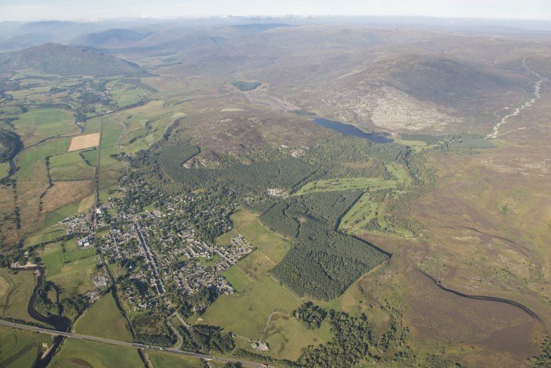 Oblique aerial view of Kingussie and Golf Course, looking W.