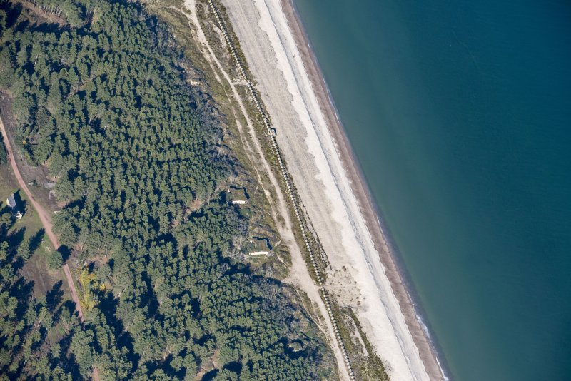 Oblique aerial view of Innes Links Emergency Coast Battery, looking NW.