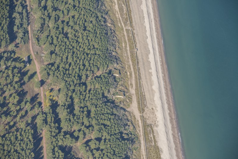 Oblique aerial view of Innes Links Emergency Coast Battery, looking WNW.