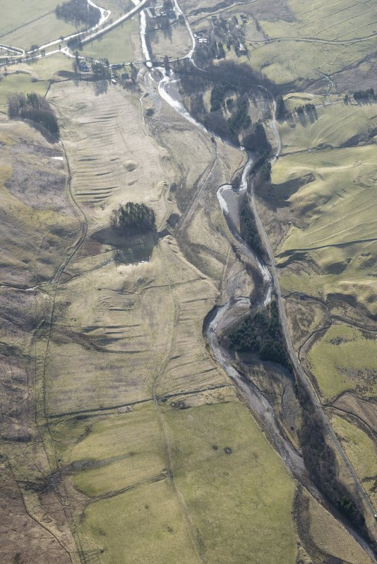 Oblique aerial view of the farmsteads and rig extending along the Shee Water to Spittal of Glenshee, looking SE.