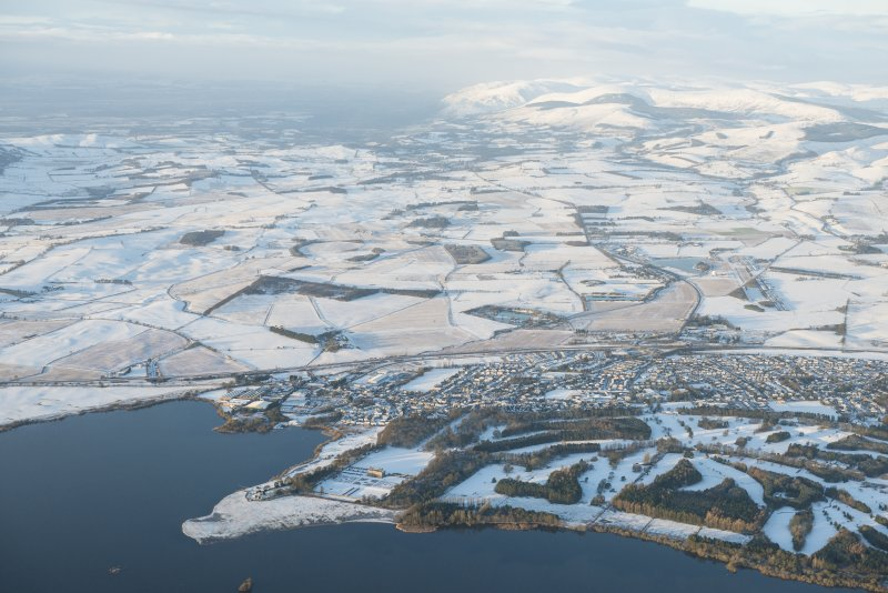 General oblique aerial view centred on Kinross, looking WSW.