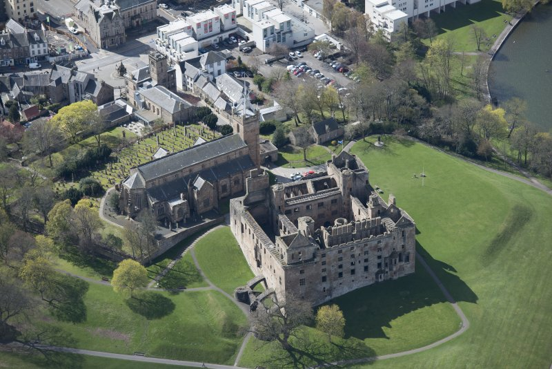 Oblique aerial view of Linlithgow Palace and St Michael's Church, looking S.