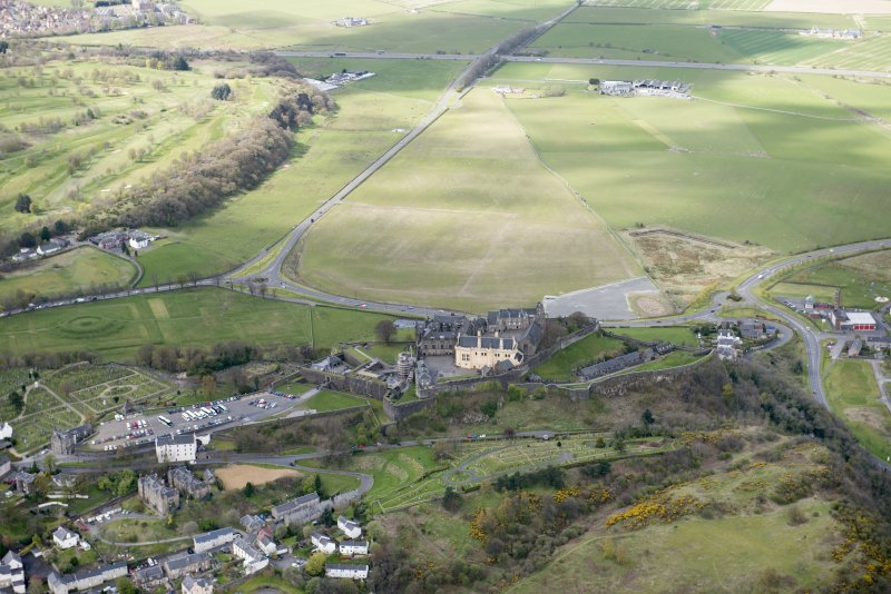 Oblique aerial view of Stirling Castle, King's Knot and former Raploch Airfield, looking SW.