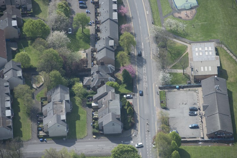 Oblique aerial view of 104 -138, 140 and 142 Balgrayhill Road, looking S.