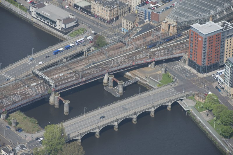 Oblique aerial view of the New Approach Viaduct, Glasgow Bridge, George The Fifth Bridge and Old Approach Viaduct, looking NW.