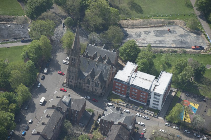 Oblique aerial view of Camphill Queen's Park Church and Hall, looking SSW.