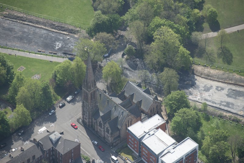 Oblique aerial view of Camphill Queen's Park Church and Hall, looking S.