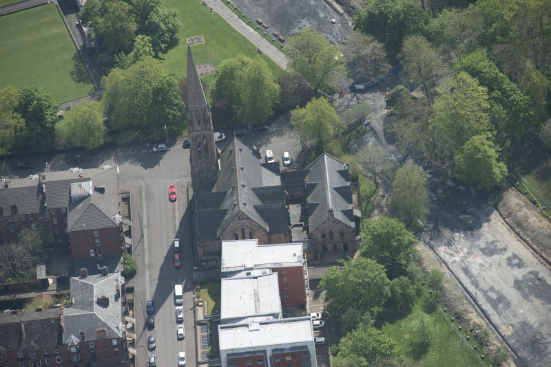 Oblique aerial view of Camphill Queen's Park Church and Hall, looking SE.
