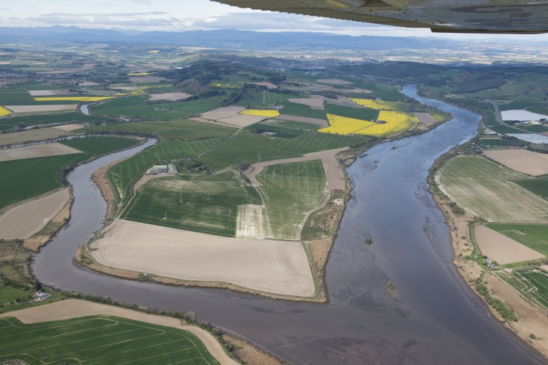 General oblique aerial view of the River Earn and Tay landscape, centred on Rhynd.